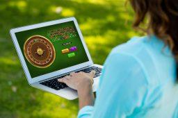 Stadig flere kvinner spiller online casino